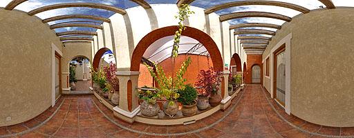 Pasillo al patio La Pérgola de los Sueños. Hotel el Sueño. Puebla, México.