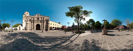 Parroquia de San Juan Bautista y el renovado Centro Histórico de Coyoacán. Ciudad de México.